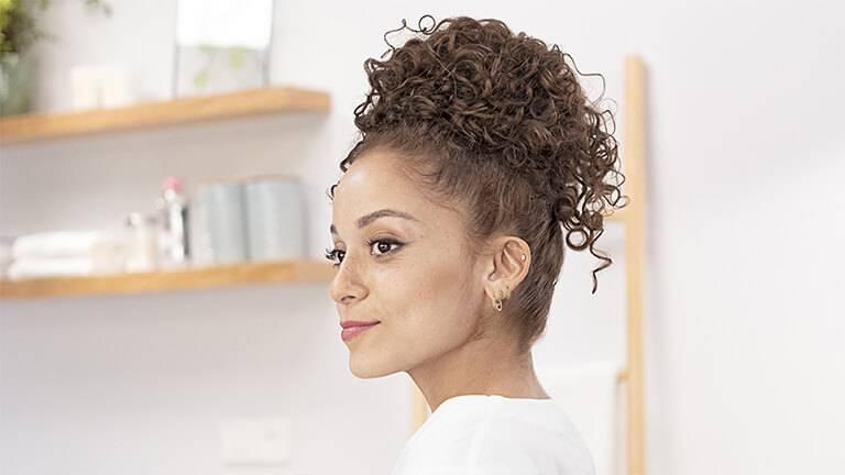 Comment Realiser 5 Styles De Coiffure Cheveux Boucles Attaches Wild Differents Pour Vos Cheveux Textures Garnier
